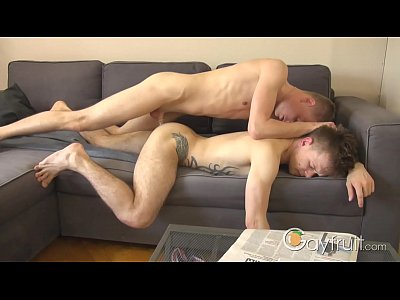 Amadores Fazendo Sexo Gay Gostoso No Sofá Da Sala