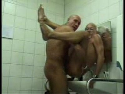 Fudendo A Coroa No Banheiro Publico