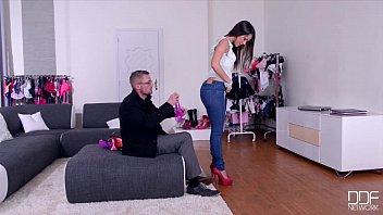 Rapariga Gozando Na Calças De Tesao